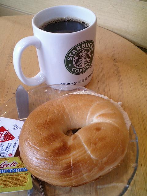 스타벅스 오늘의 커피와 플레인 베이글